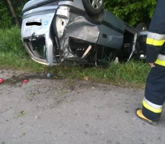 Dachowanie samochodu pod Tarnowem. Dwie osoby ranne