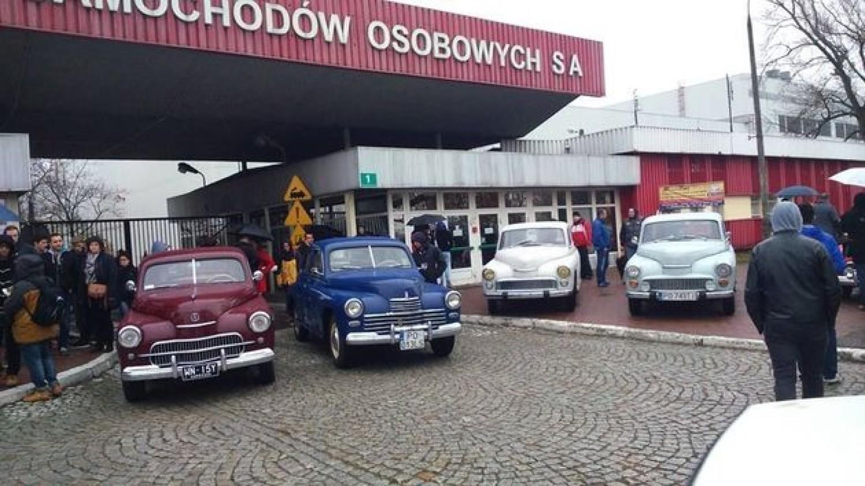 Foto: Jarosław Franciszek Furmaniak63 letnie Warszawy przed główną bramą FSO Warszawa na Żeraniu przy ul Jagiellońskiej 88