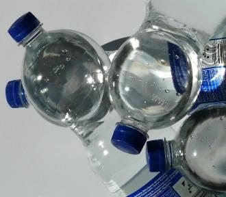 Klienci nie wiedzą co piją. Inspekcja handlowa sprawdziła wody mineralne i smakowe. Jak mądrze