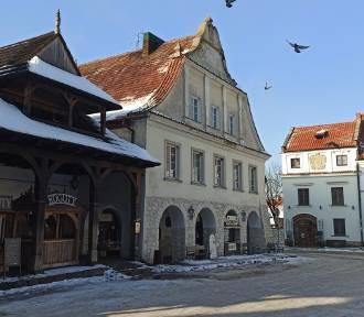 Spacer po skąpanym w słońcu Kazimierzu Dolnym. Zobacz koniecznie