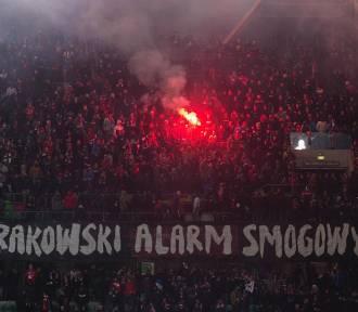 Legia - Wisła. Gęsty dym spowił trybuny na Łazienkowskiej