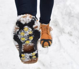 Jakie buty nosić zimą, by uchronić się przed upadkiem na oblodzonym chodniku?