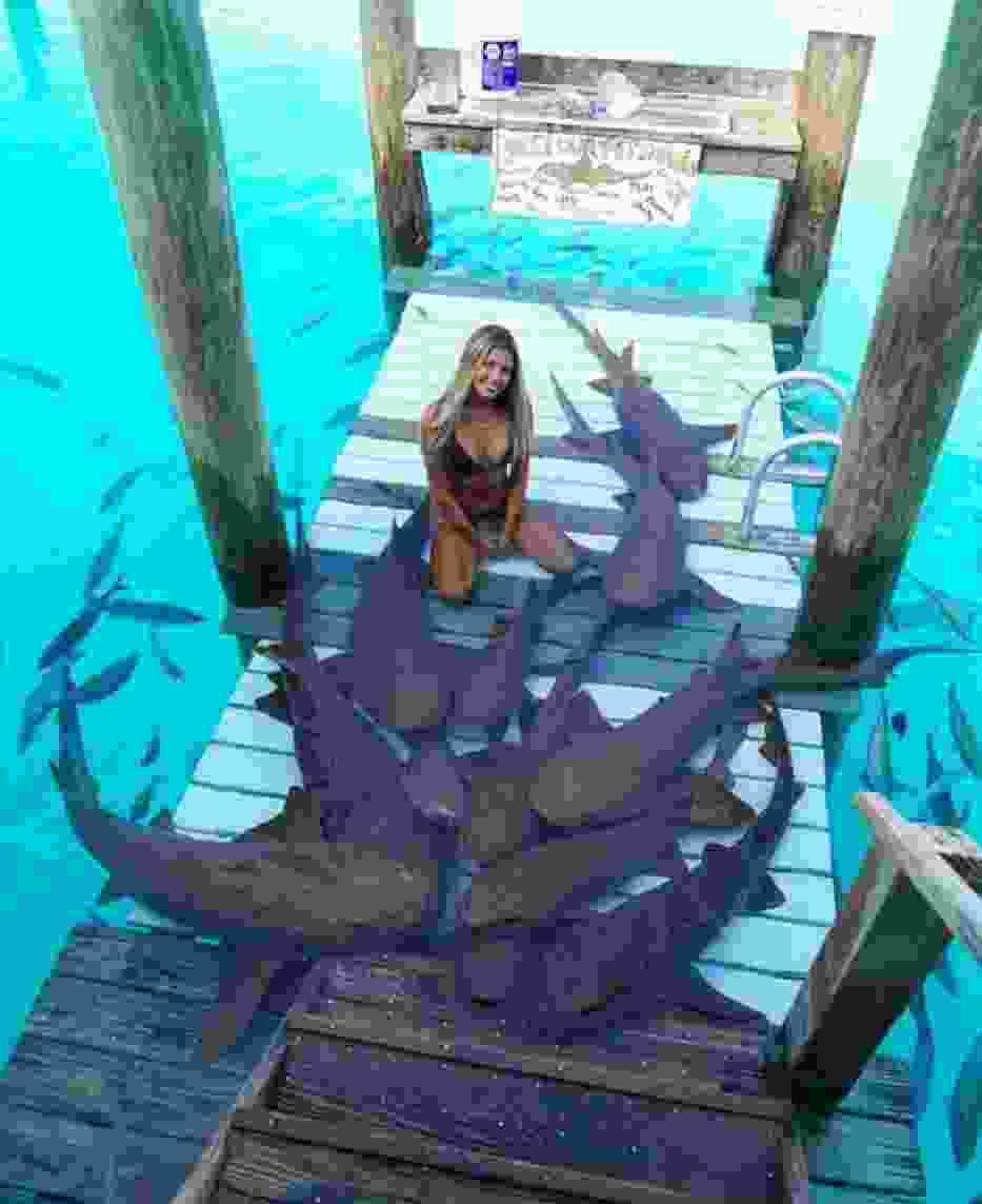 Piękna studentka prawa podbija Instagrama. Podróżuje po świecie i pływa z rekinami