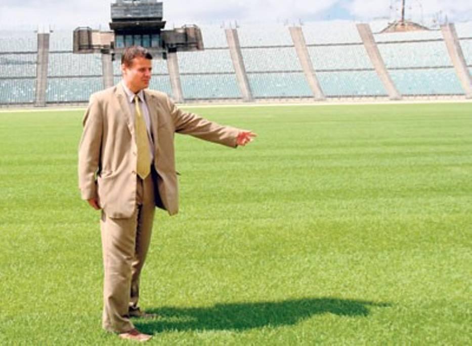Dyrektor Stadionu Śląskiego Marek Szczerbowski pokazuje nową chorzowską murawę