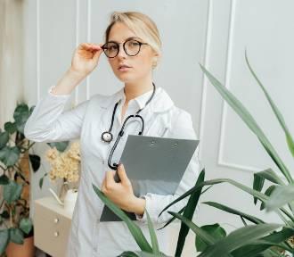 Zarobki lekarek i lekarzy. Ile wynoszą wynagrodzenia w placówkach medycznych?