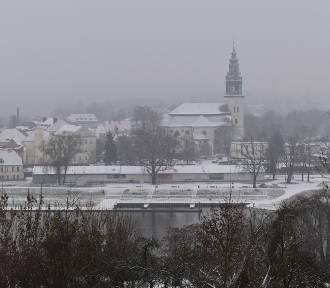 Spadł śnieg w Krośnie Odrzańskim. Spacer po mieście w zimowej oprawie