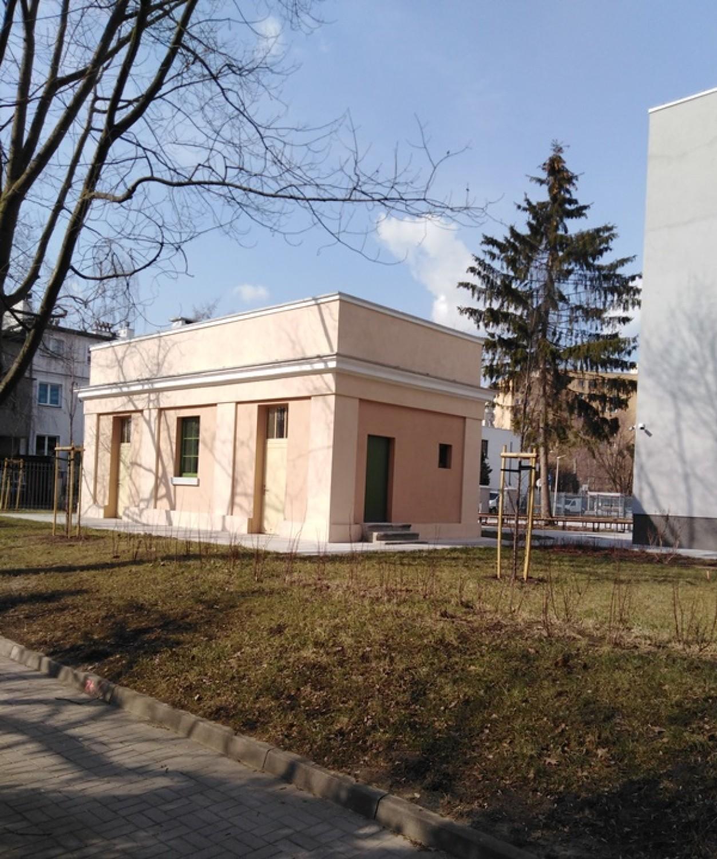 Szkoła w Warszawie z wyjątkowym wejściem. Do środka dostaniemy się przez zabytkową pompownię