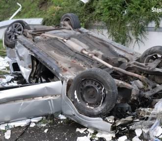 Bytom: Samochód spadł ze skarpy i dachował na parkingu OBI. Młody kierowca był pijany...