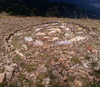Wandale, którzy zniszczyli szczyt Śnieżki, sami się zgłosili! Zapłacili 5000 Kč kary!