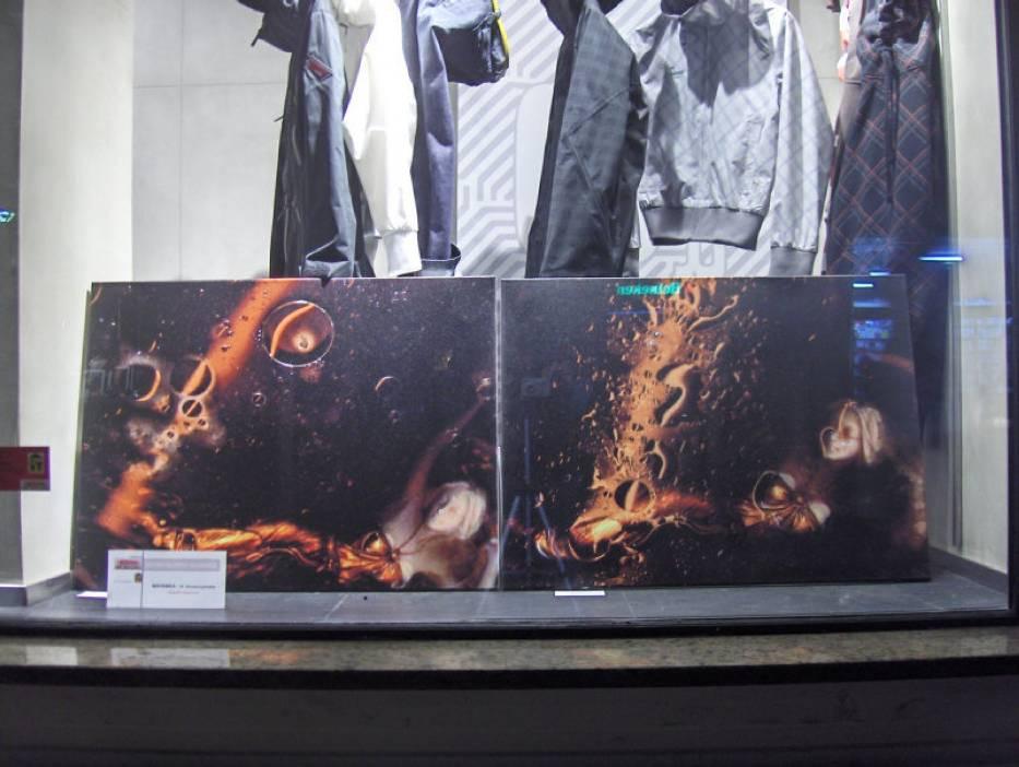 Dzieła sztuki w sklepie z odzieżą dla młodzieży