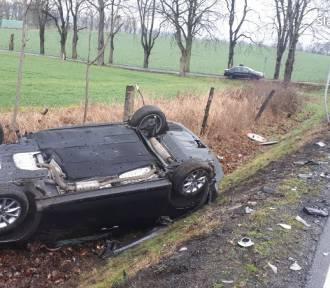 Wypadek na DK40. Zderzenie trzech pojazdów, pasażerami były dzieci