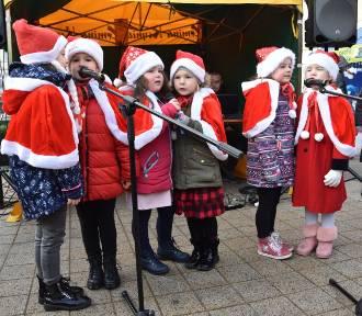 Udany kiermasz świąteczny w Kcyni. Rękodzieło, domowe jadło i fotka z Mikołajem [zdjęcia]