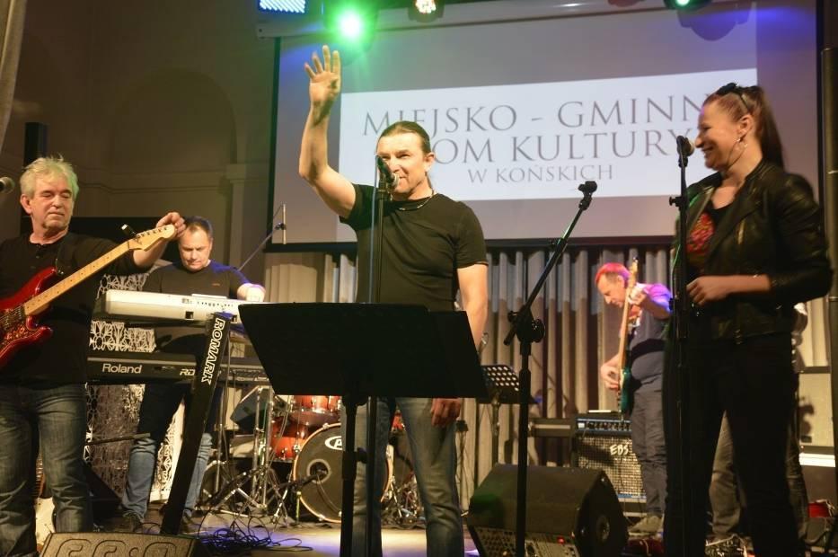 """Muzykom z """"Suflera"""", przede wszystkim wokaliście Zbigniewowi Bukowieckiemu od pierwszych chwil udało się nawiązać znakomity kontakt z publicznością>>>ZOBACZ WIĘCEJ NA KOLEJNYCH SLAJDACH"""