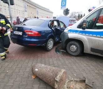 Wrocław. Wypadek przy Urzędzie Wojewódzkim. Radiowóz zderzył się z osobówką (ZOBACZ ZDJĘCIA)