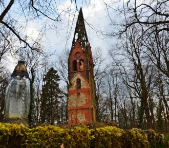 Wieża kościelna w środku lasu i klimat niczym z horroru. To Lędów - opuszczona wieś