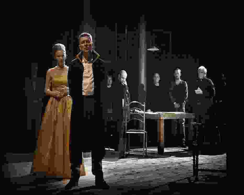 Na pierwszym planie: Katarzyna Dąbrowska (Gertruda, królowa duńska) i Andrzej Zieliński (Klaudiusz, król duński)