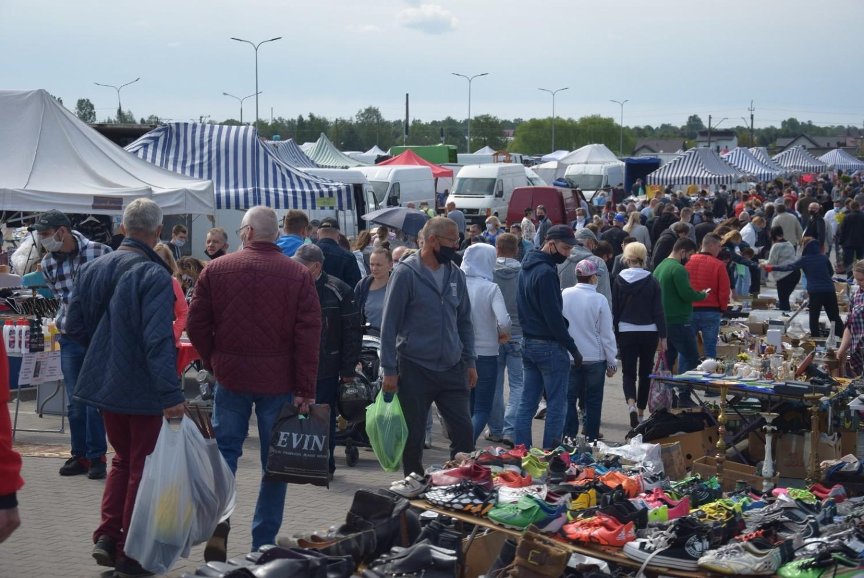 Giełda Kaliska pełna kupujących i handlujących. Jedni i drudzy zachowywali ostrożność