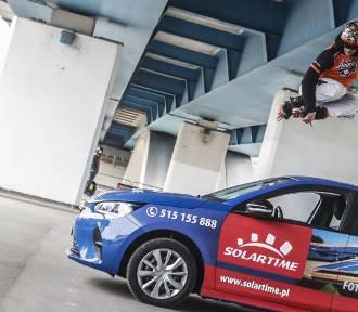 Popisy rolkarzy i skok przez samochód w Rzeszowie. Zobacz tricki mistrzów