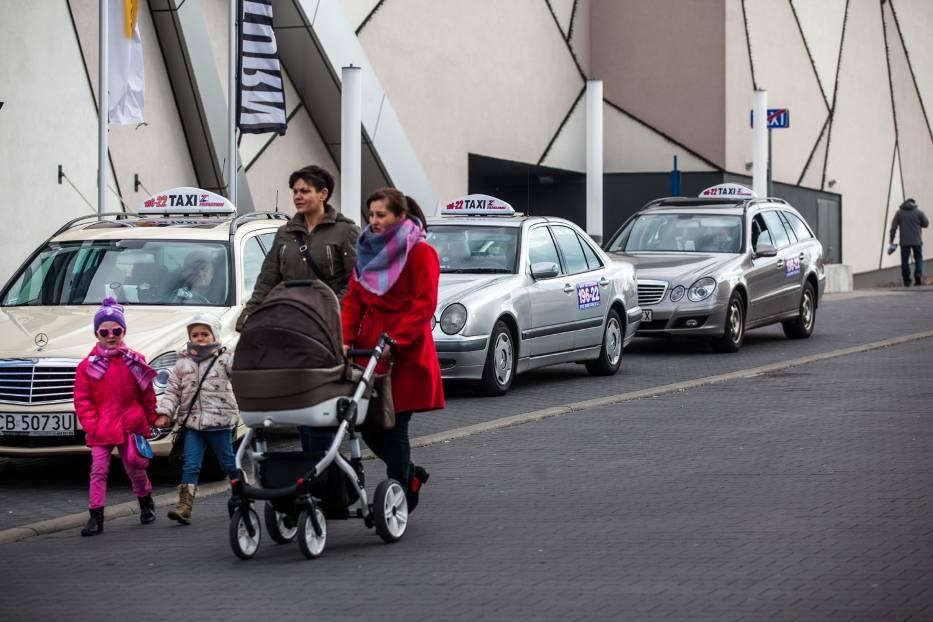 Zapakować wózek do bagażnika, pomóc przymocować fotelik - to zapewnią nasi taksówkarze