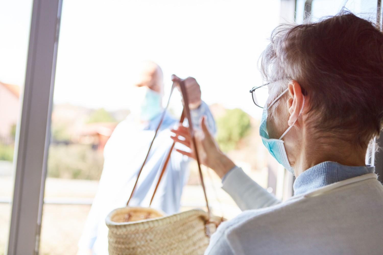 Najważniejszym środkiem ostrożności, jaki można podjąć przy zamawianiu dostawy żywności, w tym przesyłek ze sklepów spożywczych oraz restauracji, jest unikanie bezpośredniego kontaktu z dostawcami