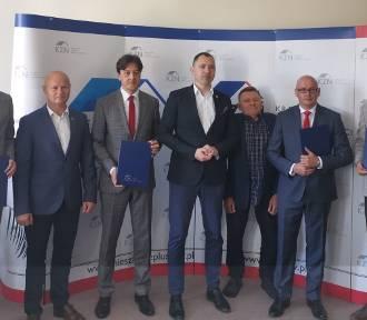Budowa mieszkań w gminie Grójec. Burmistrz wskazuje działkę w Lesznowoli (WIDEO)