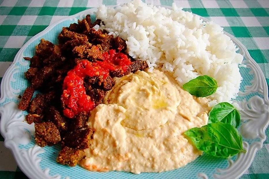 """""""Kebab"""" z sejtana, pasta z chilli, hummus i ryżWszystkie potrawy pokazane na zdjęciach są wegańskie"""