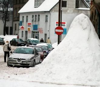 Zima w Jeleniej Górze. Pamiętacie jeszcze, jak wyglądało miasto zasypane śniegiem? [ZDJĘCIA]