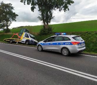 """Samochodowa laweta wjechała do rowu na krajowej """"55"""" w okolicy Nowej Wsi"""