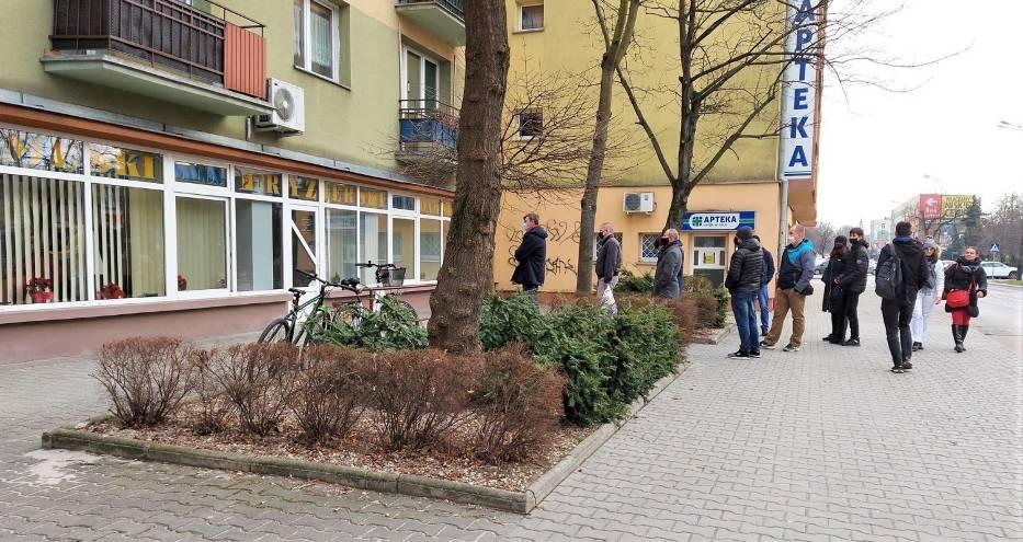 Długie kolejki do fryzjera w Tarnobrzegu! To reakcja na lockdown. Wszyscy chcą zdążyć przed zamknięciem salonów