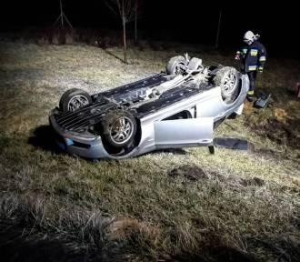 Nocne dachowanie samochodu osobowego na trasie S5. Kierowca był pod wpływem alkoholu