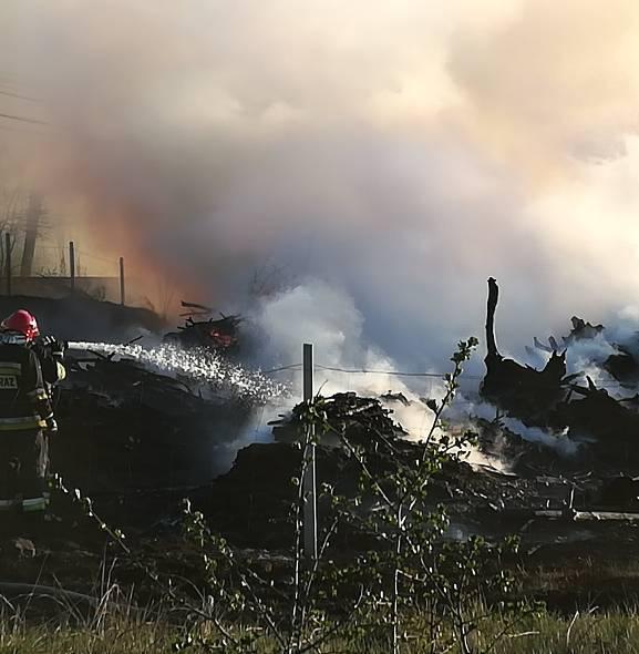 Pożar przy ul. Jaśminowej w Grudziądzu. Dym widać z daleka [wideo, zdjęcia]