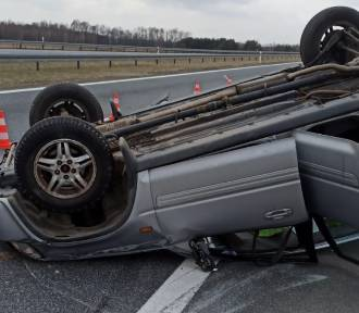 Zderzenie busa i hondy na autostradzie A4 k. Tarnowa. Jeden z samochodów dachował