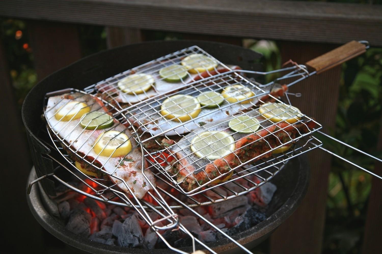Pomysł na udane grillowanie – akcesoria, z którymi przyrządzisz smaczniejsze i zdrowsze potrawy