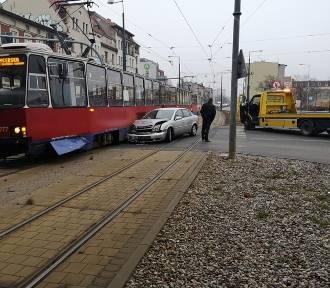 Wypadek w Bydgoszczy. Tramwaj zderzył się z autem