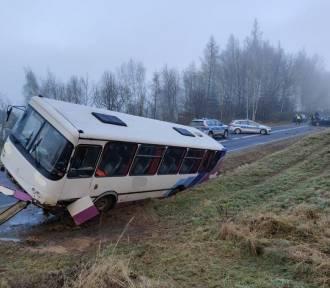 W Bystrowicach autobus zderzył się z dwoma samochodami