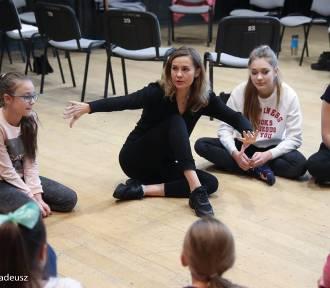 Stargardzkie dzieciaki w SCK mają warsztaty z teatrem ognia Firre Arrow i śpiewającą aktorką Julitą