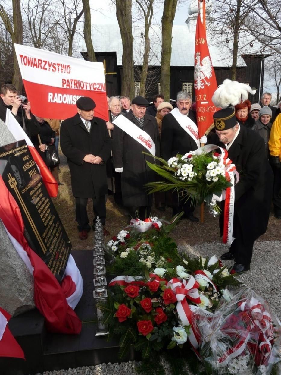 """W Niedośpielinie w gminie Wielgomłyny odsłonięto obelisk upamiętniający dziewięciu górników zastrzelonych 16 grudnia 1981 roku w kopalni """"Wujek"""""""