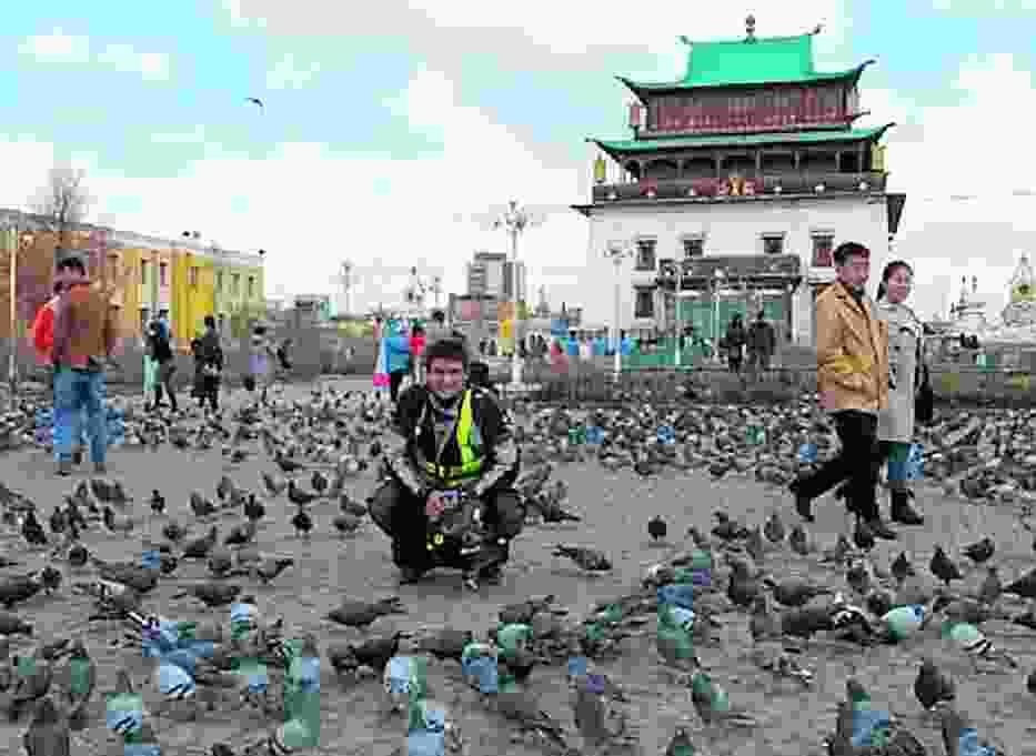 Piotr Głowacki w trakcie zwiedzania stolicy Mongolii - Ułan Bator