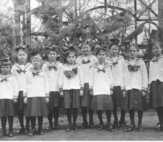 100 lat mundurków szkolnych - jak się zmieniały?