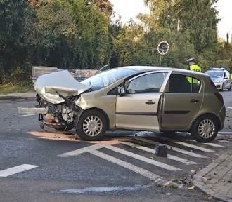 Wypadek w Katowicach. Dwie kobiety trafiły do szpitala po zderzeniu trzech aut