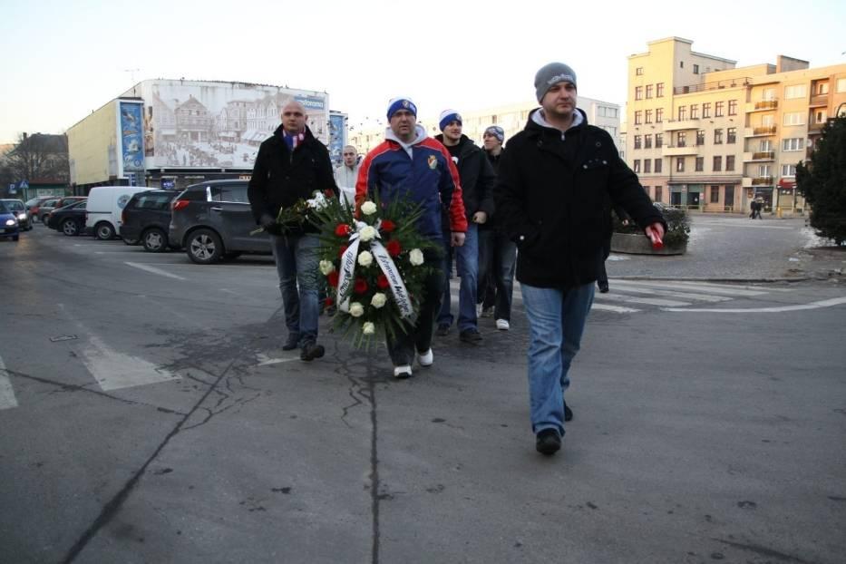 Kibice przemaszerowali pod pomnik Polskiego Państwa Podziemnego i tam złożyli kwiaty