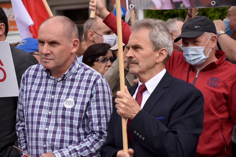 Stanisław Tadej wśród zwolenników PiS na spotkaniu z premierem Morawieckim na rynku w Chodzieży