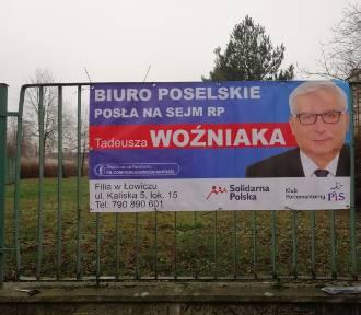 Atak na biuro poselskie Tadeusza Woźniaka w Łowiczu. Policja prowadzi śledztwo
