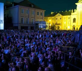 Koncert ''Tak, tęsknię'' z okazji 75. rocznicy wybuchu Powstania Warszawskiego. Na scenie Kayah,