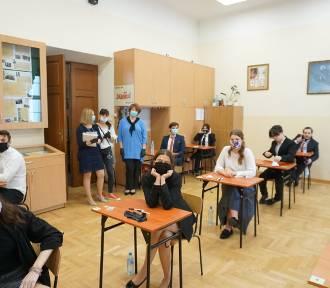Tak maturzyści z I LO w Rzeszowie zdają egzamin. Zdjęcia od dyrekcji