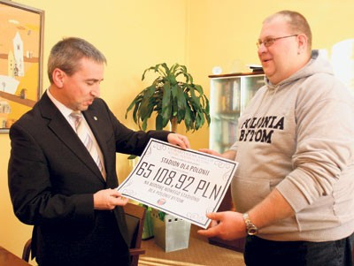 Szef stowarzyszenia kibiców, Maciej Zeiske, oprócz czeku przekazał też sprawozdanie ze zbiórki