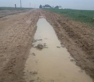 Gminna droga w Gaszynie. Po deszczu zmienia się w błotnistą breję. Co na to urząd?