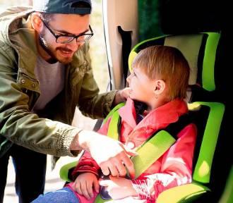 Ferie zimowe: Policja radzi, jak bezpiecznie podróżować z dzieckiem. Poznaj kilka ważnych zasad