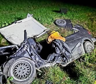 Nocny wypadek w gm. Cedry Wielkie. Zakleszczonego kierowcę ratowali strażacy |ZDJĘCIA