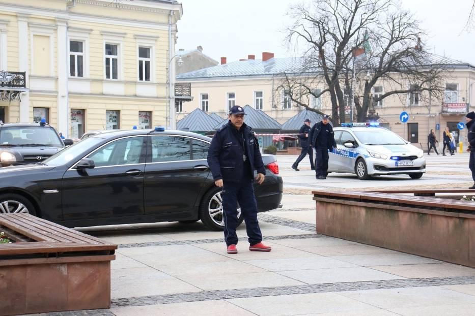"""Ekipa filmowa na Rynku w Kielcach. Kręcą sceny do spektaklu """"Zakładnicy"""". Zobaczcie film i zdjęcia"""